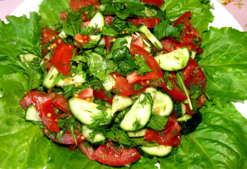 Как приготовить салат с огурцами и помидорами