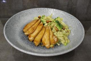 Salată cu quinoa, broccoli, migdale, carne de pui, avocado