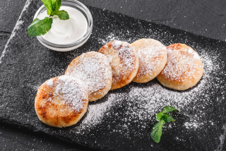 Cheese pancakes with sour cream