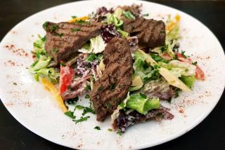Salată cu  vită și legume asortate