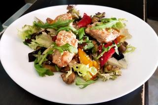 Salată caldă de pui cu legume coapte