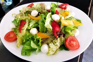 Salată de crudități cu mozzarella