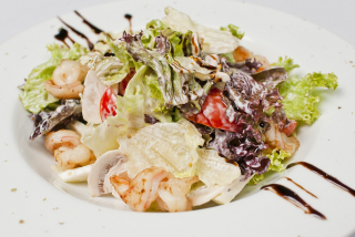 Mix salad with tiger shrimps, pears and mushrooms
