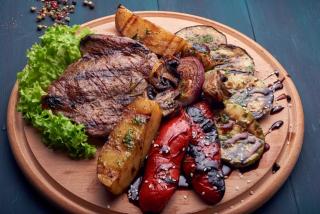 Стейк говяжий с овощами гриль
