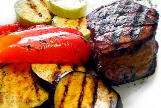 Steak din vită cu legume la grătar
