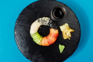 Sushi Donut cu somon, ton, dorado și susan