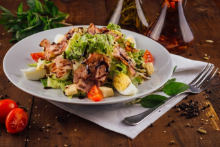 Salad with crispy bacon