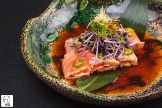Татаки лосось с соусом Понзу