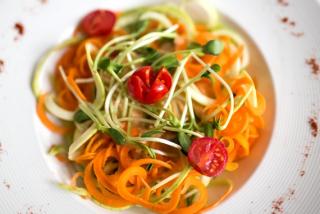 Паста raw из овощей с томатным соусом