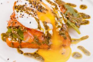 Ouă benedict cu somon slab sărat