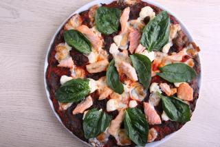 Pizza Black con Salmone
