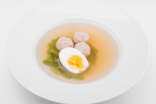 Broth with meatballs and green beans