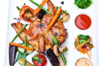 Кукурузный цыпленок в глазури с запеченными овощами