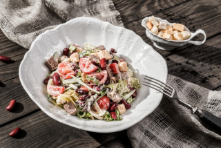 Mix salad with veal and red beans