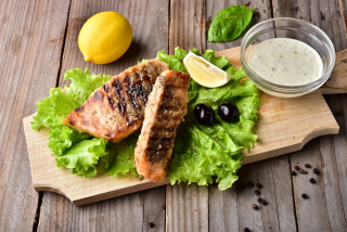 Salmon grilled with hollandaise sauce