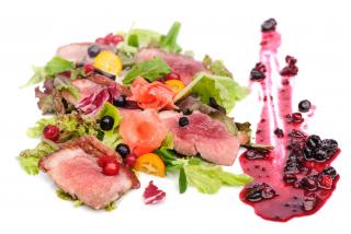 Утиная грудка с микс-салатом, грушей, лесными ягодами с Амаретто