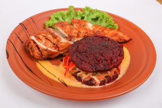 Филе цыпленка на гриле сo свекольно-картофельными панкейками и овощами в сливочном соусе
