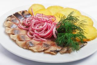 Fileu de scrumbie slab sărată  cu cartofi fierți și ceapă marinată
