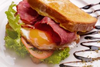 Toast francez cu bacon și ou prăjit