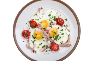 Fried eggs with boiled pork and tomatoes