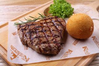 Говяжий стейк с картофельным шариком из пюре и сыром Моцарелла