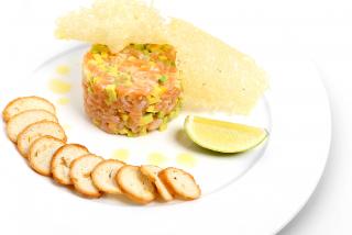 Тартар из лосося и авокадо