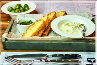 Young Buratta cu sos Pesto si baghetă la gril