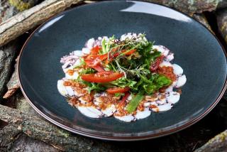 Carpaccio de caracatiță cu sos chermoula