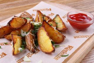 Cartofi Idaho cu usturoi, verdeață, parmezan cu ketchup