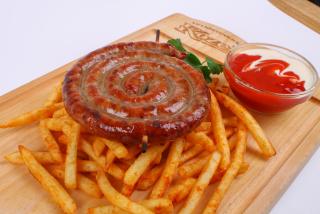 Cârnăciori învertiței la grătar cu cartofi fri, sos barbecue si sos alb cu busuioc
