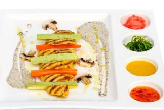 Куриная грудка с трюфельным соусом и овощами