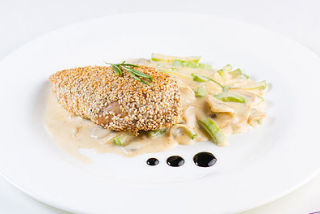 Chicken breast in sesame with zucchini in white sauce
