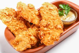 Куриное филе в пивном кляре Kozel с медово-горчичным соусом