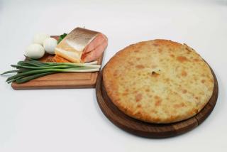 Осетинские пироги с копченым лососем, яйцом и луком