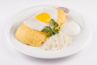 Mămăliga cu brînză, smîntînă și ou