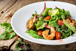 Салат с осьминогом и креветками в сырном соусе
