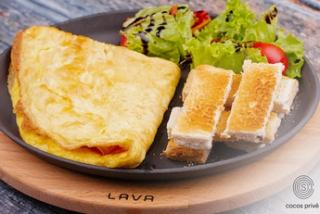 Omletă cu salată verde și toasturi