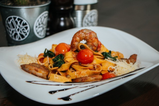 Pasta with spinach and shrimps
