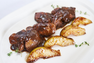 Печень куриная в бальзамическом соусе с грушей