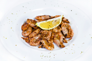 Fried shrimps with ginger and garlic