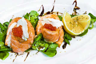 Salmon mignons with red caviar and cheese