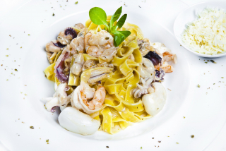 Fettuccine with seafood in cream souce