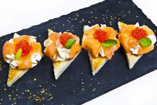 Toasts with smoked salmon and Philadelphia cheese