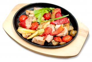 Friptură de porc cu legume şi castraveţi muraţi