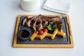 Rib-eye steak with Demi-glace sauce & roasted potatoes (100 g steak)