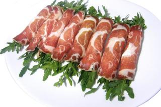Рулетики из вяленого мяса
