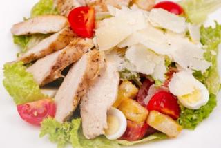 Salată Cezar cu carne de pui