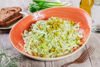 Салат из капусты с горошком
