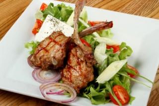 Салат с говяжьими ребрышками на гриле, брынзой и микс-салатом