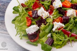 Salată cu brînză de capră și sfeclă